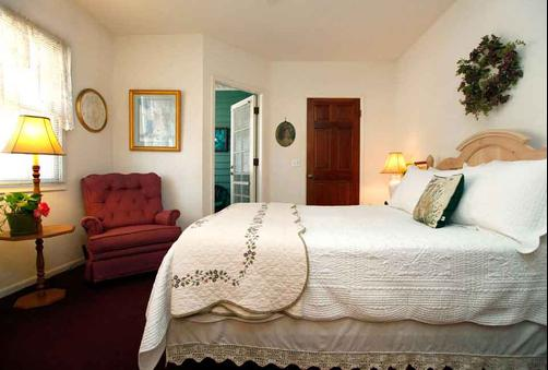 A Beach Bed & Breakfast At The Elsbree House Condo - San Diego - Bedroom