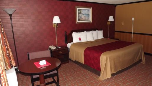 Econo Lodge - Montpelier - King bedroom